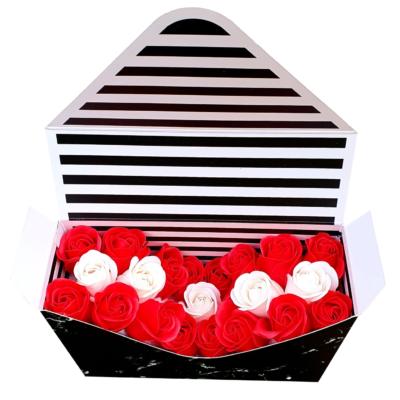 Aranjament Plic din flori parfumate de săpun, 16 trandafiri roşii, 5 trandafiri albi