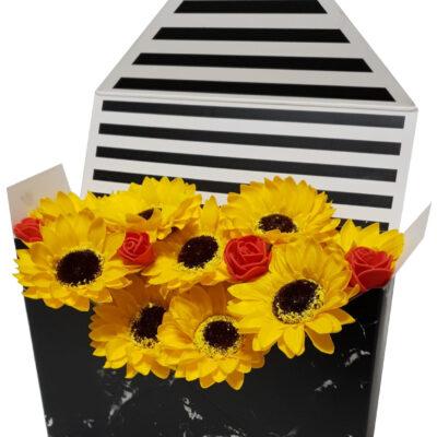 Aranjament Plic din flori parfumate de săpun, 9 floarea soarelui şi 4 trandafiraşi sintetici