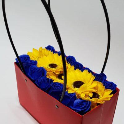 Aranjament Gentuţă din flori parfumate de săpun, 14 trandafiri albaştri şi 5 flori de floarea soarelui