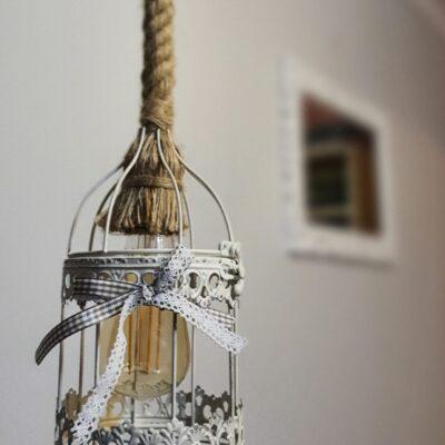 Lustra stil romantic handmade cu abajur din colivie metalica cu finisaj alb patinat, cu sfoara retro de canepa  CU BEC EDISON INCLUS, Shabby chic, retro