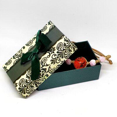 Bratara handmade cu floare naturala, Rosie, marime reglabila, in cutiuta cu mesaj