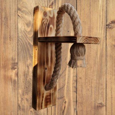 Aplică lucrată manual din lemn de pin ars și sfoară de cânepă